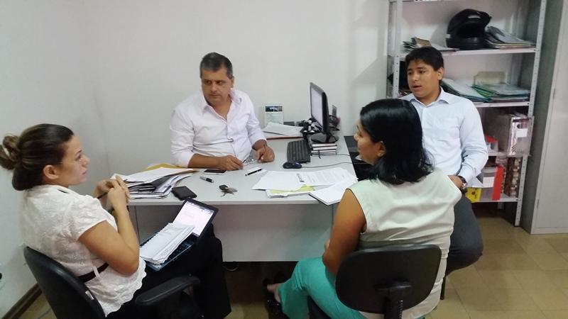 Dr.Fernando Muniz ao centro, conversa com a Dra. Precila Cavaignac à esquerda, Dra. Ângela Maria Cecim e com o assessor jurídico Deulindo Rodrigues na sede do Conselho Regional de Fisioterapia e Terapia Ocupacional do Maranhão.