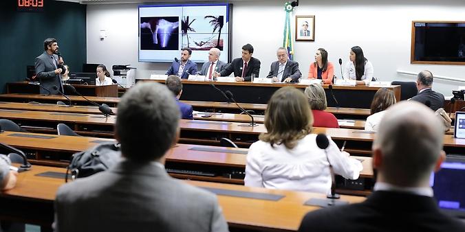 Projeto sobre regulamentação da quiropraxia é discutido em audiência pública.