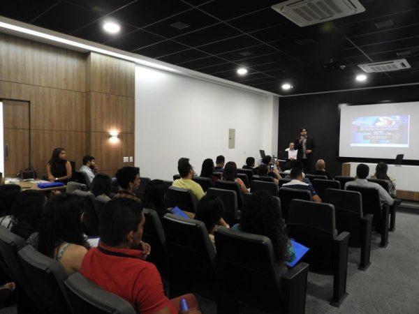 Dr. Dominice Soares em palestra sobre disfunções do ombro.